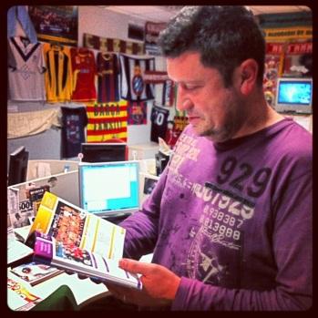 Carles Alcoyent repassant la darrera edició de l'Anuari a la redacció de BTV